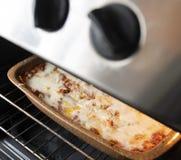 Lasagne bolonais traditionnel dans la cuisson image libre de droits