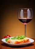 Lasagne et vin rouge Photographie stock libre de droits