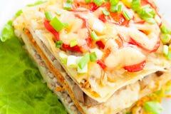 Lasagne fait maison frais cuit au four avec les légumes et le fromage Photos stock