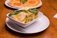 Lasagne frais dans une plaque blanche Photographie stock libre de droits