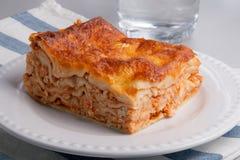 Lasagne fresche su un piatto bianco Immagini Stock