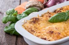 Lasagne i en gratängmaträtt Arkivfoton