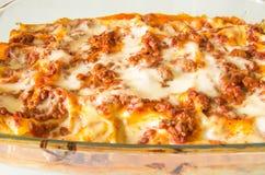 Lasagne italiane originali su un piatto di cottura Immagini Stock