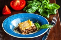 Lasagne italien avec de la viande hachée Bolonais, les carottes, et le parmesan dans un beau plat bleu en céramique Copiez l'espa photographie stock