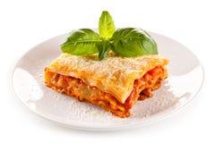 Lasagne med kött, tomatsås, parmesan och grönsaker Arkivbild