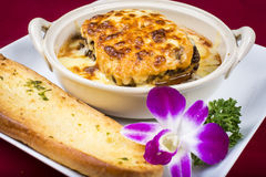Lasagne mit Brot Stockfoto