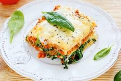 Lasagne mit Fleisch und Spinat Stockfoto