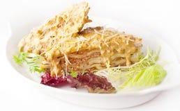 Lasagne mit gelbem Soßen- und Parmesankäseparmesankäse Lizenzfreies Stockfoto