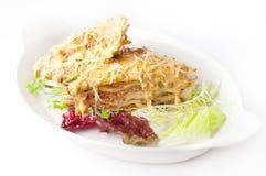Lasagne mit gelbem Soßen- und Parmesankäseparmesankäse Lizenzfreie Stockfotos