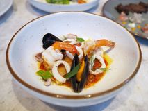 Lasagne mit Meeresfrüchten und spisy Soße lizenzfreie stockfotos