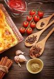 Lasagne prêt et son ingradent photo stock
