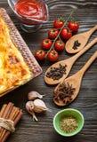 Lasagne prêt et son ingradent photographie stock libre de droits