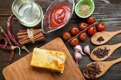Lasagne prêt et son ingradent image libre de droits