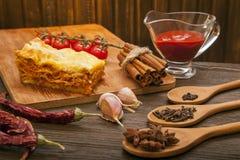 Lasagne prêt et son ingradent images libres de droits