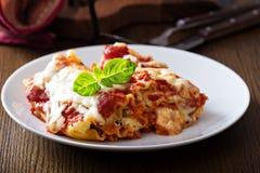 Lasagne rollt mit Tomatensauce Stockfotografie