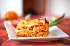 Lasagneplatte auf einer Tischplatte Stockfoto