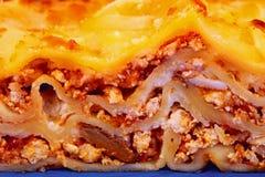 Lasagnescheibe auf einer Platte Stockfotos