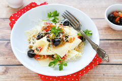 Lasanhas claras com tomate e azeitonas Imagens de Stock