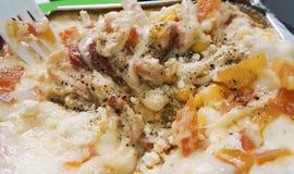 Lasanhas deliciosas com bacon, pimenta, tomate, milho doce e lotes do queijo imagem de stock royalty free