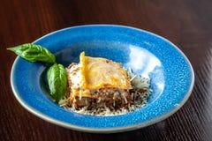 Lasanhas italianas com carne triturada bolonhês, cenouras, e queijo parmesão em uma placa azul cerâmica bonita Copie o espaço, se imagem de stock