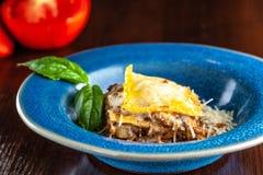 Lasanhas italianas com carne triturada bolonhês, cenouras, e queijo parmesão em uma placa azul cerâmica bonita Copie o espaço, se fotos de stock royalty free