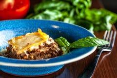 Lasanhas italianas com carne triturada bolonhês, cenouras, e queijo parmesão em uma placa azul cerâmica bonita Copie o espaço, se foto de stock royalty free
