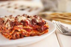 Lasanhas italianas tradicionais com molho triturado de bolonhês da carne Fotografia de Stock Royalty Free
