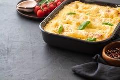 Lasanhas italianas tradicionais com vegetais, carne triturada e queijo Em um fundo preto Copie o espaço fotos de stock