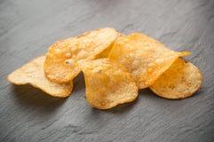 Lasca batatas no fundo do quadro Foto de Stock Royalty Free