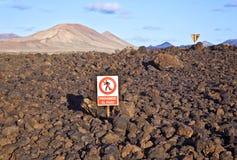 Lasci stare firmano dentro il paesaggio vulcanico del parco nazionale di Timanfaya a Lanzarote Immagine Stock