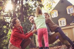 Lascia il gioco al cortile Tempo della famiglia immagini stock libere da diritti