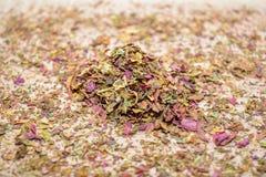 Lascia il tè dell'amaranto, sparso sulla tavola di legno Fotografia Stock