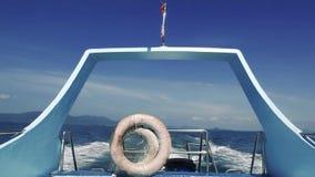 Lasciando l'isola di paradiso sulla barca turistica video d archivio
