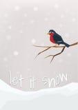 'Lascilo nevicare' - cartolina di vacanze invernali Piccolo ciuffolotto che si siede su un brunch nudo Immagine Stock Libera da Diritti