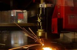 Laser-Ausschnitt des Metallblattes mit Funken Lizenzfreies Stockbild