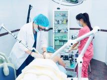 Laser-behandling Caucasian borttagning för nevus för hud för doktorsdanandetillvägagångssätt till kvinnapatienten Fotografering för Bildbyråer