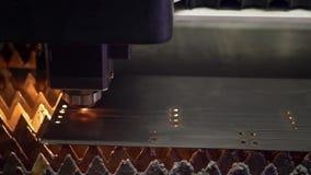 Laser coupant la technologie du traitement mat?riel en acier en m?tal de feuille ? plat banque de vidéos