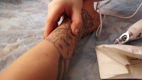 Laser da remoção da tatuagem Uma moça remove a tatuagem com um laser vídeos de arquivo