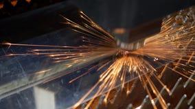 Laser del CNC que corta la hoja de metal con la chispa brillante metrajes