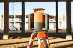 Laser, der Ausrüstung an der Baustelle planiert lizenzfreies stockbild
