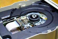 Laser in der offenen Einheit des DVD-ROM Laufwerks Stockbild