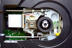 Laser in der offenen Einheit des DVD-ROM Laufwerks Stockfoto