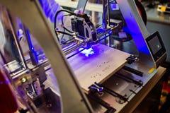 Laser-gravör som inristar träbrädet Royaltyfri Fotografi