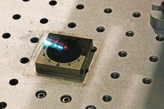 Laser-gravyr på stål arkivfoton