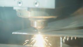 Laser industrial do CNC que corta uma placa de metal filme