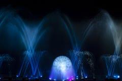 Laser leve da cortina de água da fonte da música na noite imagem de stock royalty free