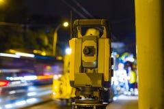 Laser-nivåutrustning på vägreparation royaltyfria bilder