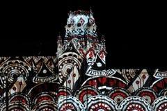 Laser-projektion på fasaden av slotten på festivalcirkel av ljus Royaltyfri Bild