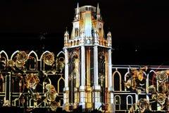 Laser-projektion på fasaden av slotten på festivalcirkel av ljus Royaltyfria Foton