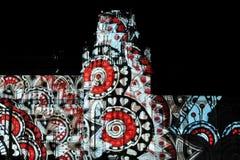 Laser-projektion på fasaden av slotten på festivalcirkel av ljus Royaltyfria Bilder